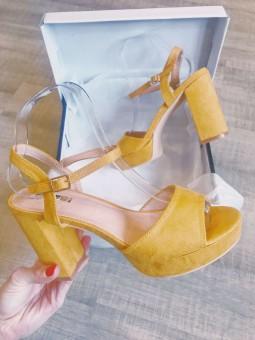 Chaussures -Sandales talon carré daim jaune
